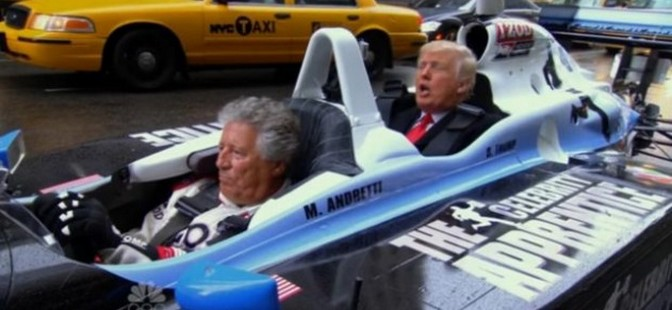 vid o donald trump fait un tour dans une voiture de course minute. Black Bedroom Furniture Sets. Home Design Ideas